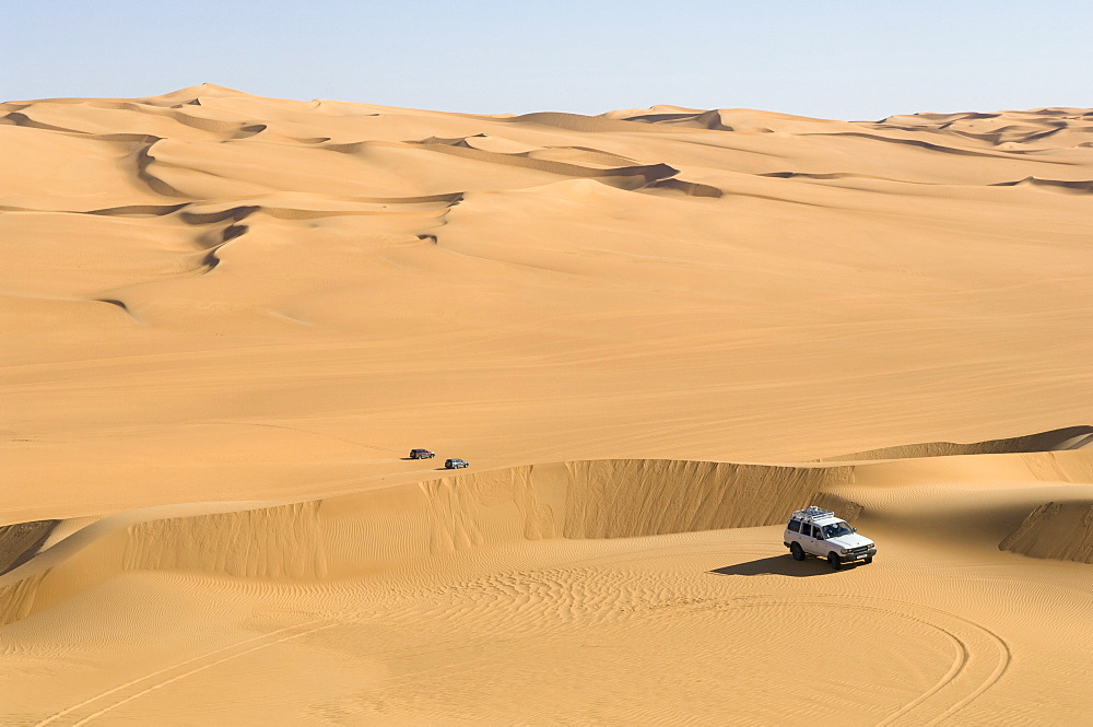 SUV on sand dunes, Erg Awbari, Sahara desert, Fezzan, Libya, North Africa, Africa