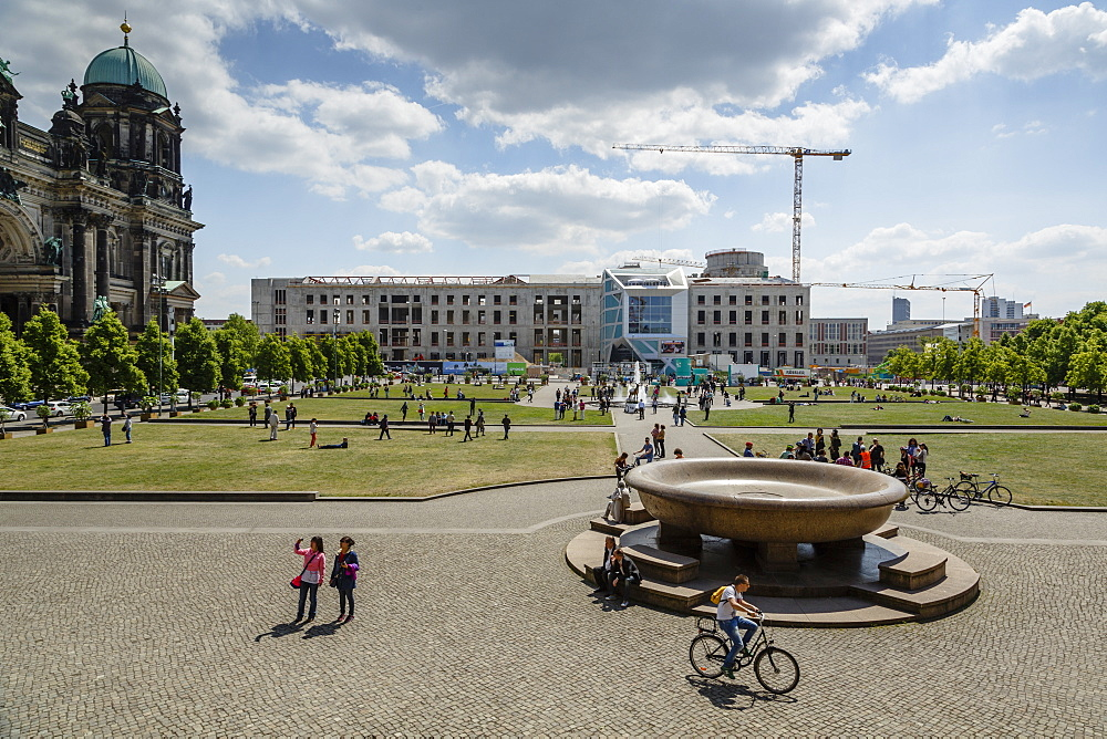 View over the the Lustgarten (Pleasure Garden) at the Museumsinsel (Museum Island), Mitte, Berlin, Germany, Europe