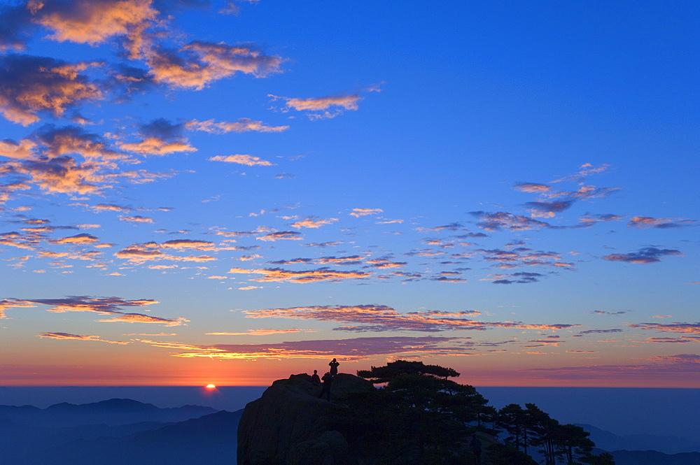 Men watching sunrise, Huang Shan (Yellow Mountain), UNESCO World Heritage Site, Anhui Province, China, Asia