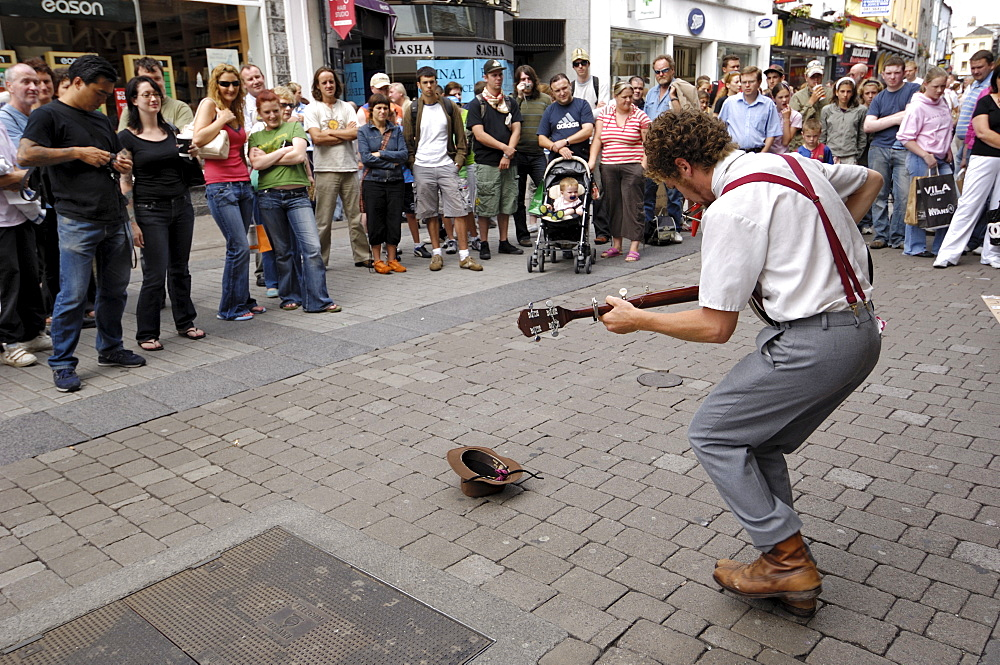 Busker entertaining the crowds, Galway, County Galway, Connacht, Republic of Ireland, Europe