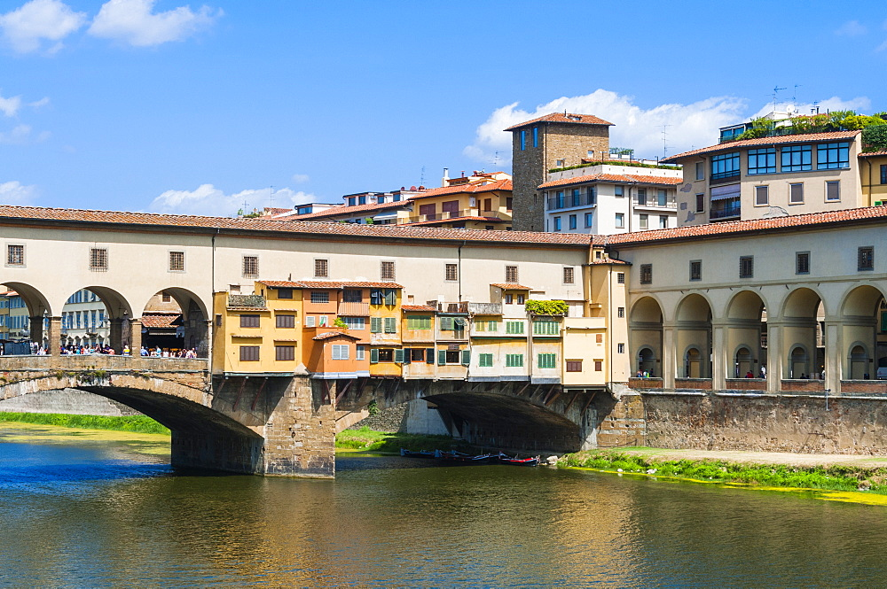 The Vasari Corridor, Ponte Vecchio and River Arno, Florence (Firenze), UNESCO World Heritage Site, Tuscany, Italy, Europe