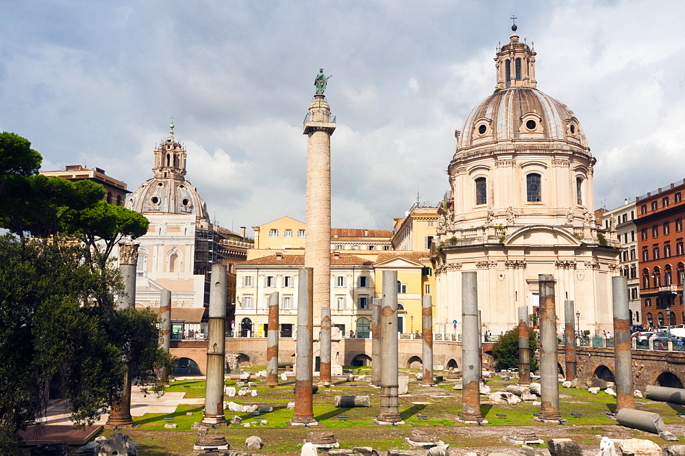 Trajan's column between dome of St. Maria di Loreto (left) and SS.Nome di Maria, Rome, Unesco World Heritage Site, Latium, Italy, Europe