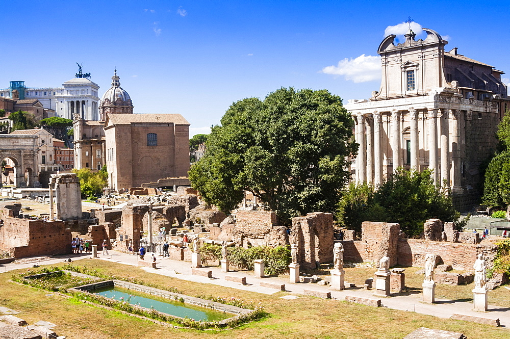Statues at House of the Vestal Virgins, Temple of Antoninus and Faustina behind, Roman Forum, UNESCO World Heritage Site, Rome, Lazio, Italy, Europe
