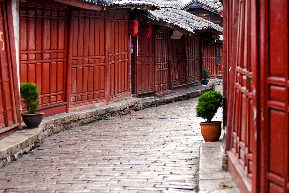 Early morning cobbled street, Lijiang old town, UNESCO World Heritage Site, Yunnan, China, Asia