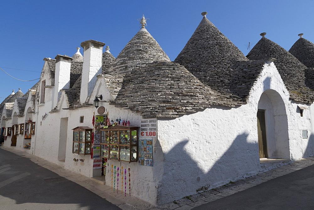 Street of of traditional trullos (trulli) in Alberobello, UNESCO World Heritage Site, Puglia, Italy, Europe