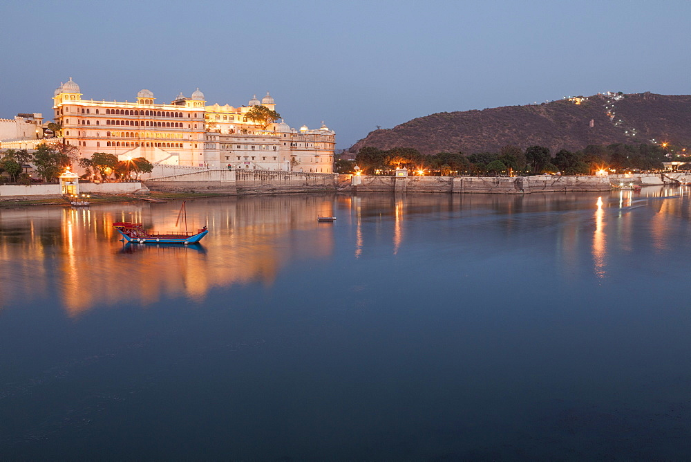 City Palace in Udaipur at night, reflected in Lake Pichola, Udaipur, Rajasthan, India, Asia