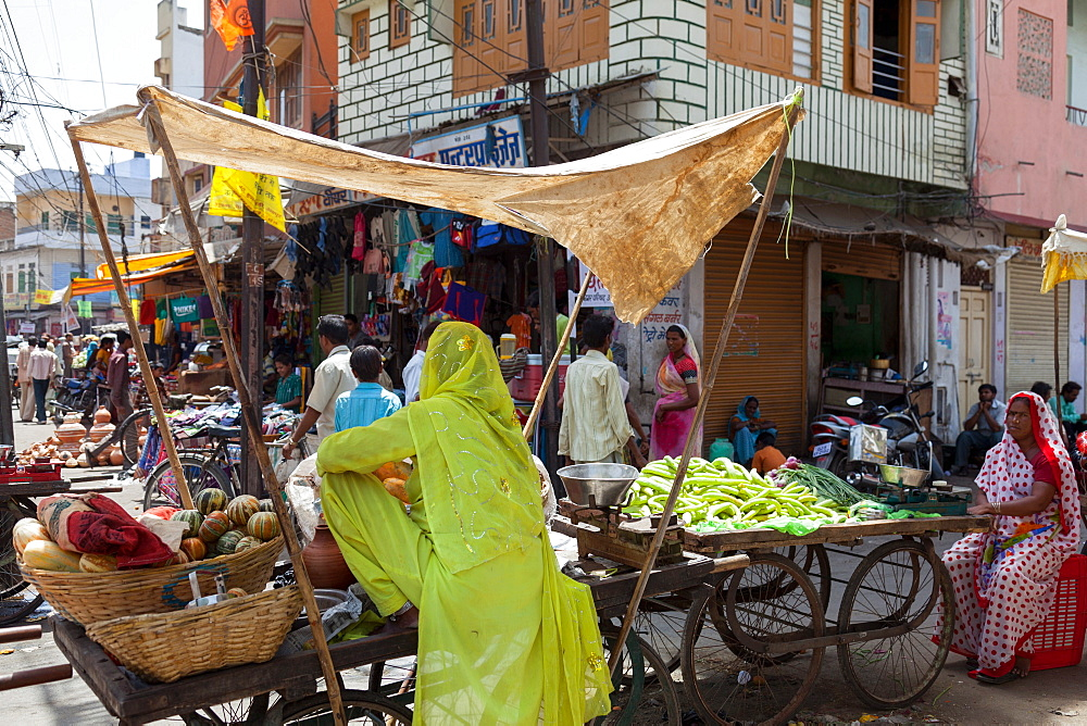 Street market in the city of Udaipur, Rajasthan, India, Asia