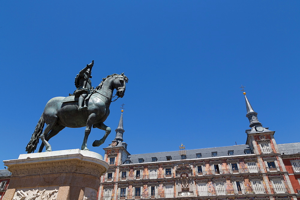 Statue of Felipe III and the painted Casa de la Panaderia in the Plaza Mayor in Madrid, Spain, Europe