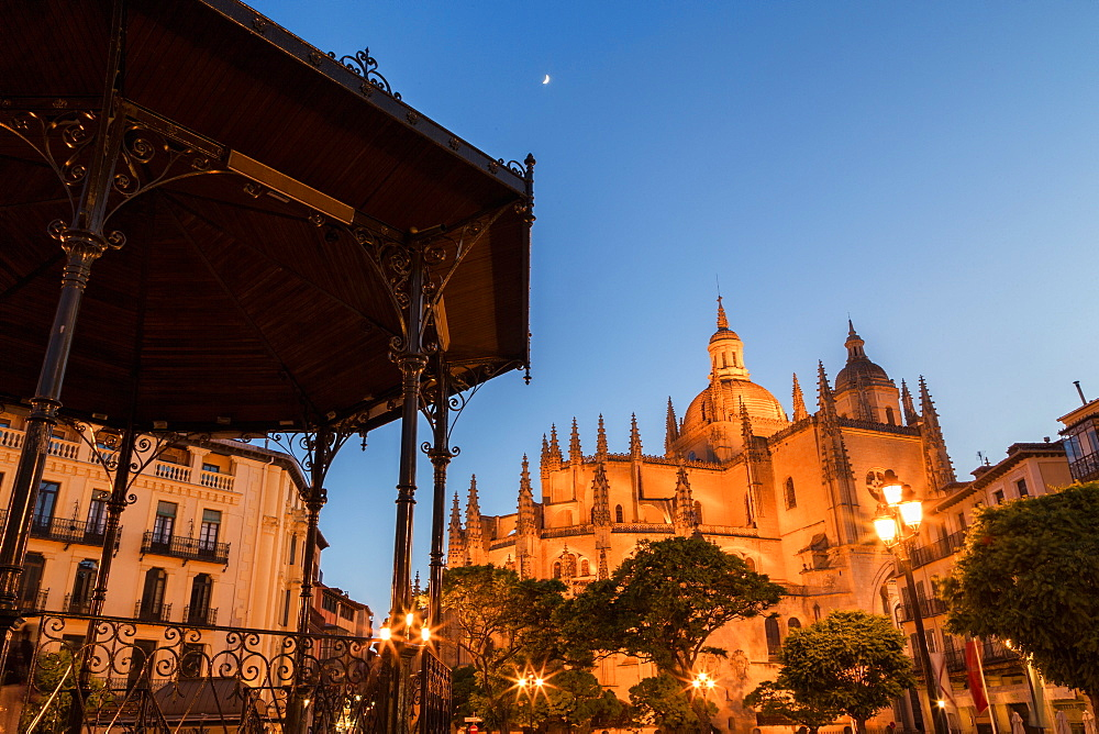 Bandstand in the Plaza Mayor and the imposing Gothic Cathedral of Segovia at night, Segovia, Castilla y Leon, Spain, Europe