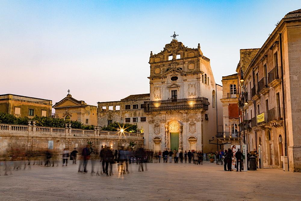People enjoying passeggiata in Piazza Duomo on the tiny island of Ortygia, UNESCO World Heritage Site, Syracuse, Sicily, Italy, Europe