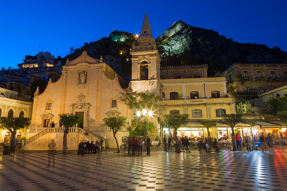 People enjoying passeggiata in Piazza IX Aprile in the hill town of Taormina at night, Sicily, Italy, Mediterranean, Europe