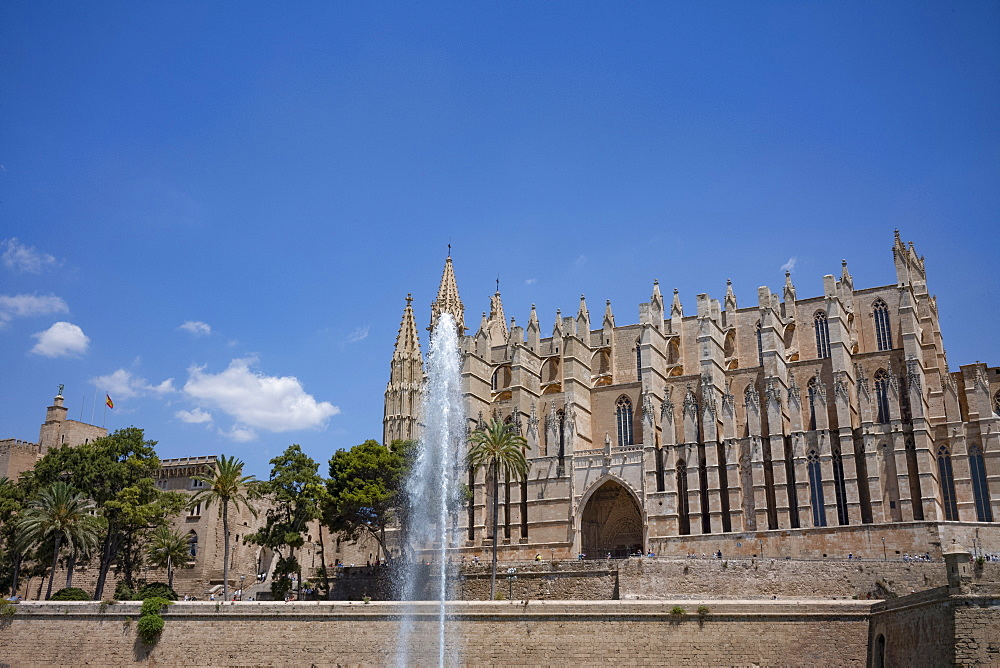 Fountain in front of the Gothic Cathedral of Santa Maria of Palma (La Seu) in Palma on the Mediterranean island of Mallorca, Balearic Islands, Spain, Europe