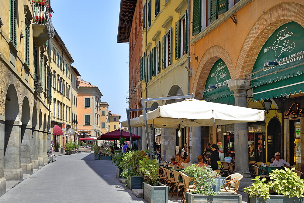 Alfresco restaurants and Porticos (covered walkways), Borgo Stretto, Pisa, Tuscany, Italy, Europe