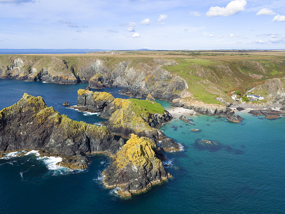 United Kingdom, Cornwall, The Lizard, Rocky coastline and beaches at Kynance Cove - 794-4559