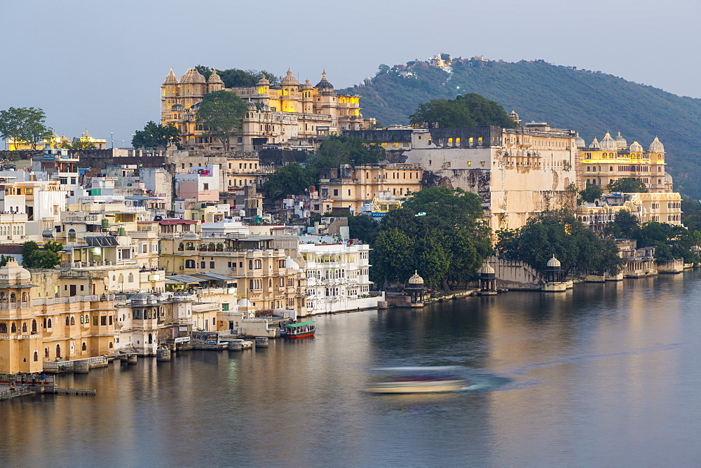 Lake Pichola and the City Palace in Udaipur, Rajasthan, India, Asia - 794-4657