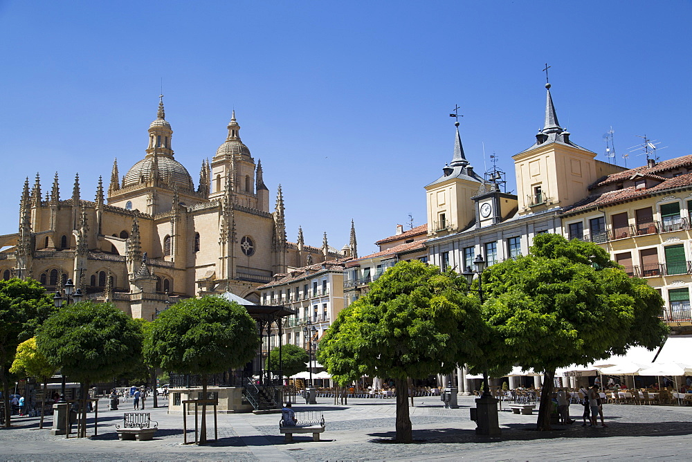 Cathedral on left and Town Hall on right, Plaza Mayor, Segovia, UNESCO World Heritage Site, Castile y Leon, Spain, Europe