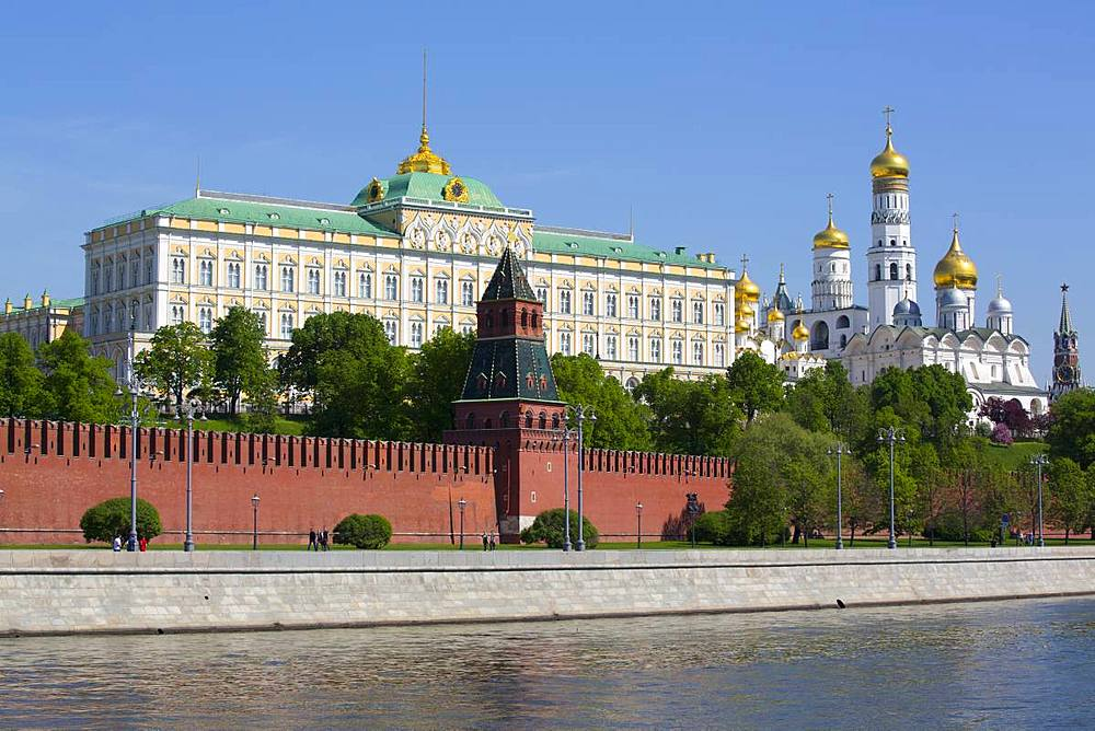 Grand Palace (left), Moscow River, Kremlin, UNESCO World Heritage Site, Moscow, Russia
