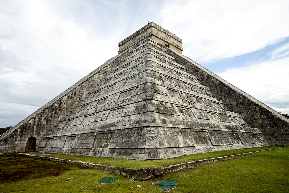 Kukulkan Pyramid, Mesoamerican step pyramid nicknamed El Castillo, Chichen Itza, UNESCO World Heritage Site, Yucatan, Mexico, North America - 804-388