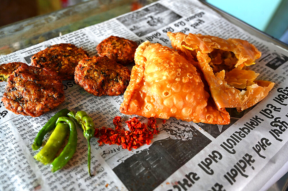 Delicious typical roadside Gujarati snacks, pakora, methi gotha, green chilli and red chilli flakes, Gujarat