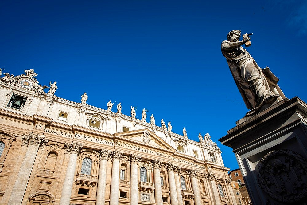 St. Peter's statue in St. Peter's Square at the Vatican, UNESCO World Heritage Site, Rome, Lazio, Italy, Europe - 809-8188