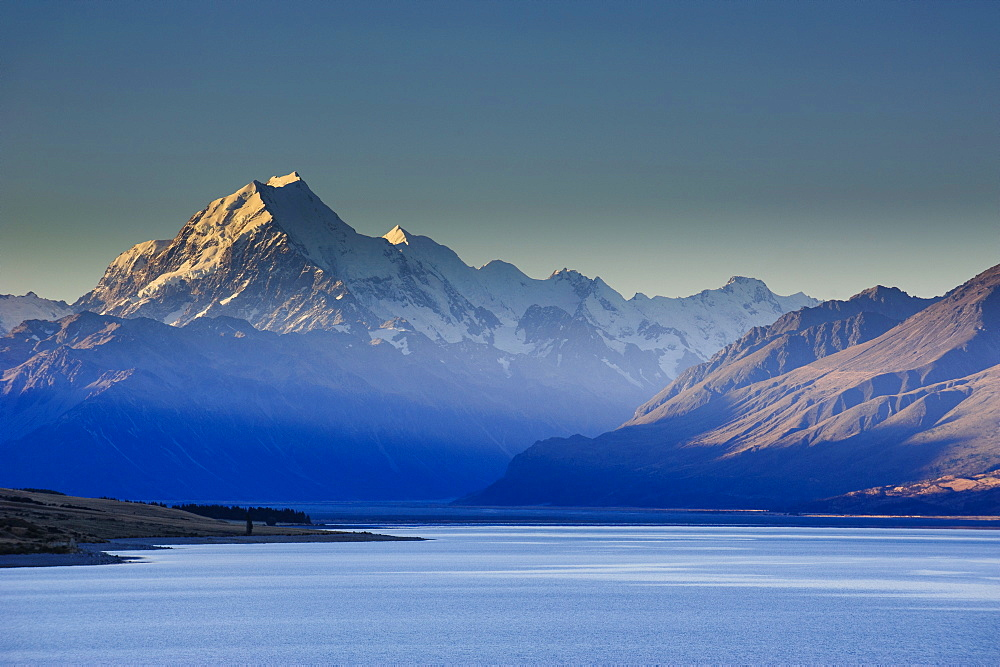 Lake Pukaki with Mount Cook in the background in the late afternoon light, Mount Cook National Park, UNESCO World Heritage Site, South Island, New Zealand, Pacific