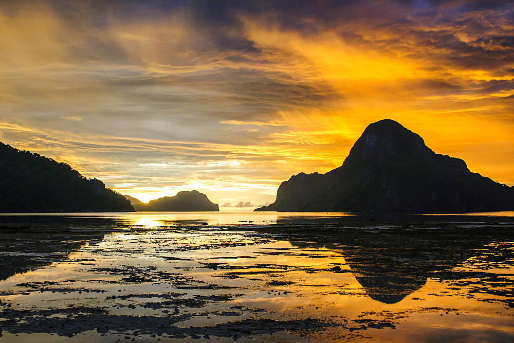 Dramatic sunset light over the bay of El Nido, Bacuit Archipelago, Palawan, Philippines, Southeast Asia, Asia