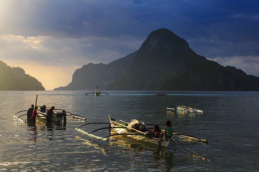 Outrigger boat at sunset in the bay of El Nido, Bacuit Archipelago, Palawan, Philippines, Southeast Asia, Asia