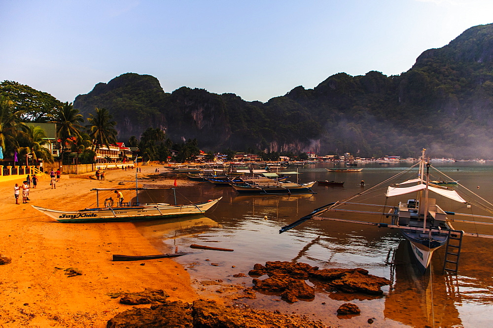 The beach of El Nido at sunset, Bacuit Archipelago, Palawan, Philippines, Southeast Asia, Asia