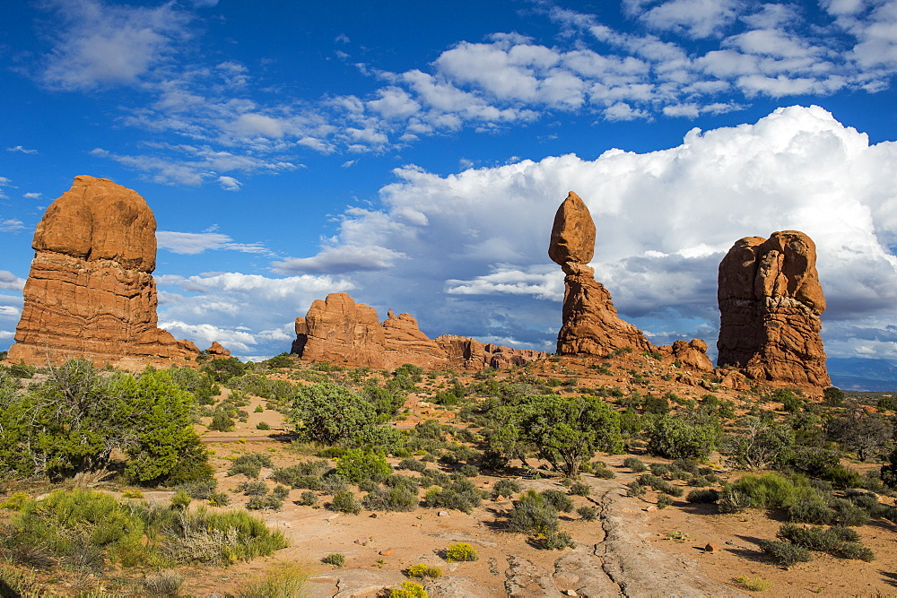 Balanced Rock, Arches National Park, Utah, United States of America, North America