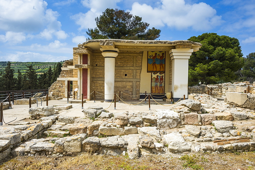 The ruins of Knossos, the largest Bronze Age archaeological site, Minoan civilization, Crete, Greek Islands, Greece, Europe  - 816-8481