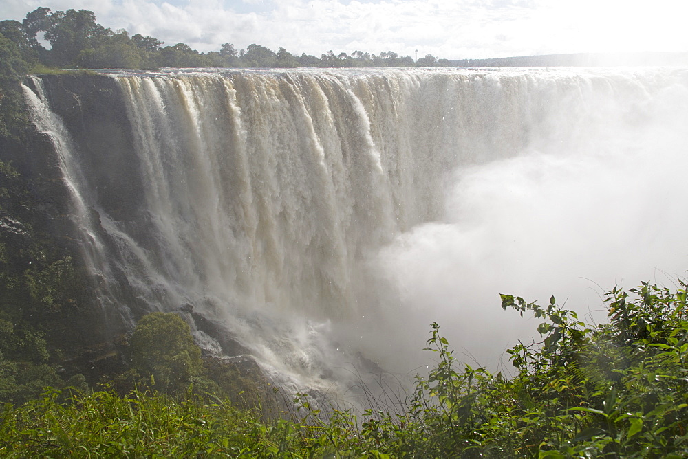 The River Zambezi crashes over the Victoria Falls waterfall (Mosi-oa-Tunya), UNESCO World Heritage Site, on the border of Zimbabwe and Zambia, Africa