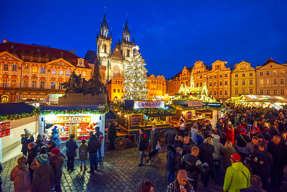 Church of Tyn and Christmas Markets, Staromestske namesti (Old Town Square), Stare Mesto (Old Town), UNESCO World Heritage Site, Prague, Czech Republic, Europe - 828-1180