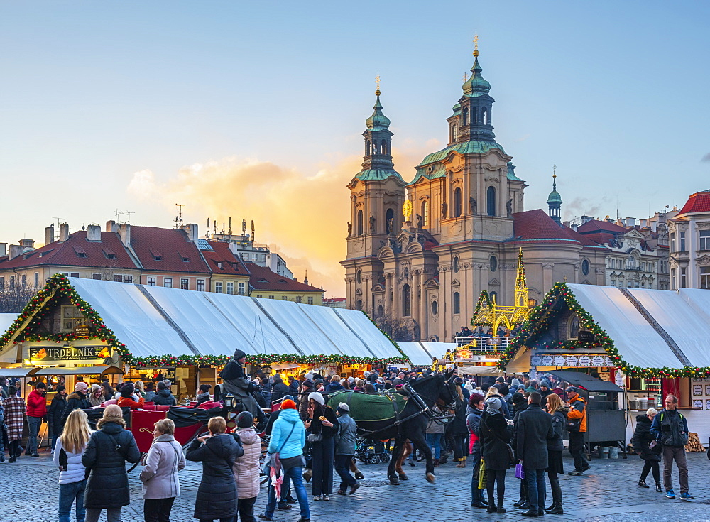 Church of St. Nicholas and Christmas Markets, Staromestske namesti (Old Town Square), Stare Mesto (Old Town), UNESCO World Heritage Site, Prague, Czech Republic, Europe