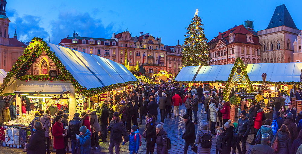 Christmas Market, Staromestske namesti (Old Town Square), Stare Mesto (Old Town), UNESCO World Heritage Site, Prague, Czech Republic, Europe