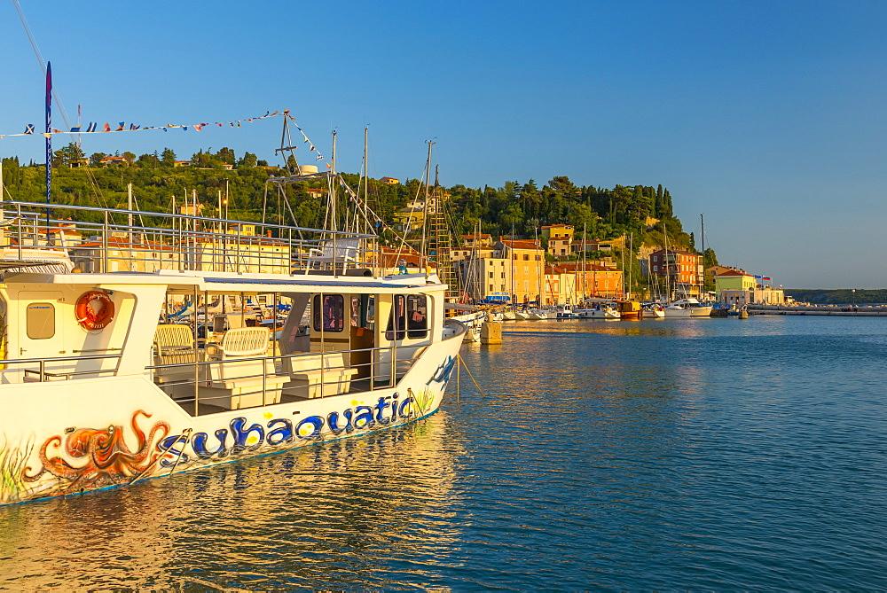 Tourist sightseeing boat, Old Town Harbour, Piran, Primorska, Slovenian Istria, Slovenia, Europe