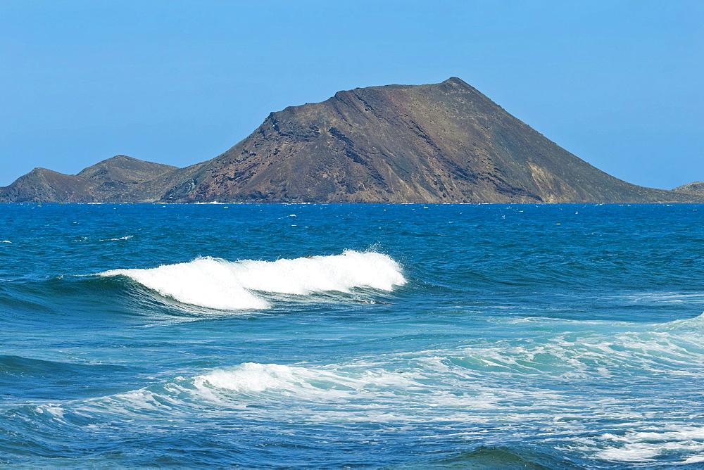 Lobos Island, a nature reserve and La Caldera volcano, just north of this resort, Corralejo, Fuerteventura, Canary Islands, Spain, Atlantic, Europe
