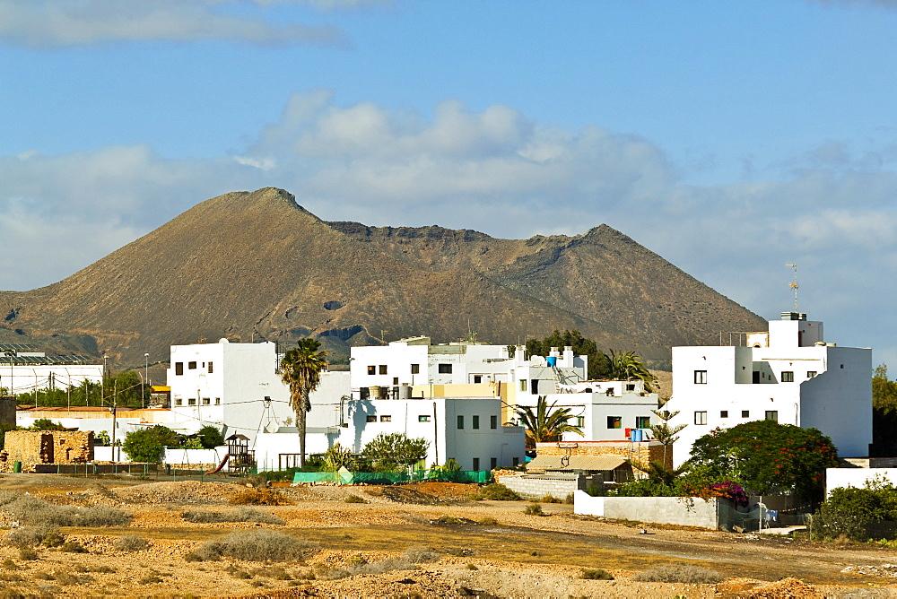 The Caldera de Gairia volcanic cone looms over this town in the central south, Tiscamanita, Fuerteventura, Canary Islands, Spain, Europe