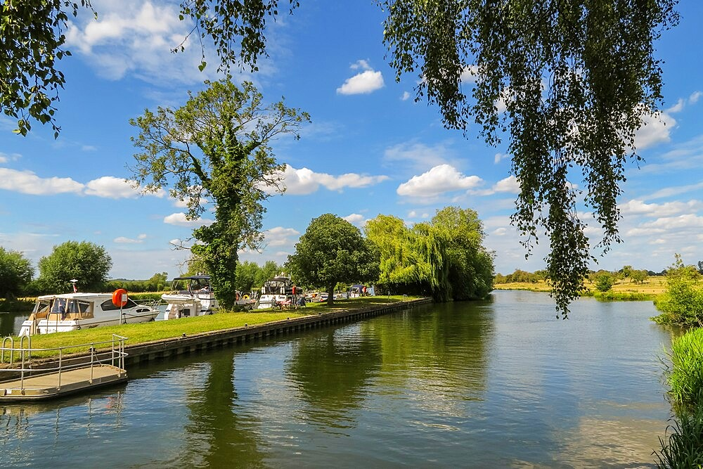 Motor boats moored at Days Lock on the River Thames between Dorchester and Little Wittenham, Dorchester-on-Thames, Oxfordshire, England, United Kingdom, Europe - 83-13246
