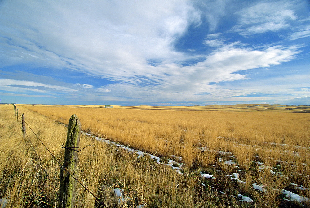 Landscape of the great wide open spaces of the prairies, in the south west of North Dakota, United States of America, North America