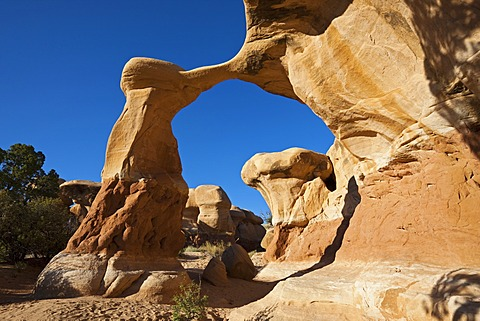 Metate Arch, natural rock arch in Devils Garden, Hole in the Rock Road, Grand Staircase-Escalante National Monument, Utah, USA