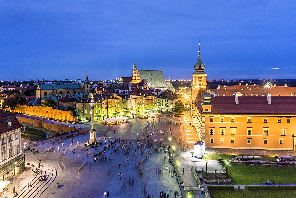 Royal Castle and Sigmund Column monument with many people passing by in the evening, Warsaw, Poland, Europe