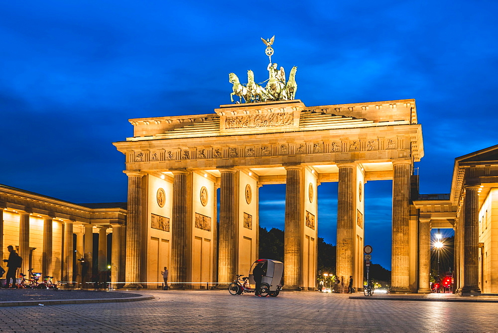 Brandenburg Gate at dusk, illuminated, Pariser Platz, Berlin-Mitte, Berlin, Berlin, Germany, Europe