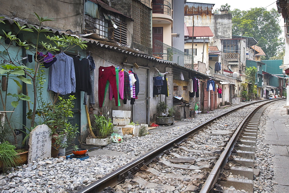 Houses directly on the train tracks, old town, Hanoi, Vietnam, Asia