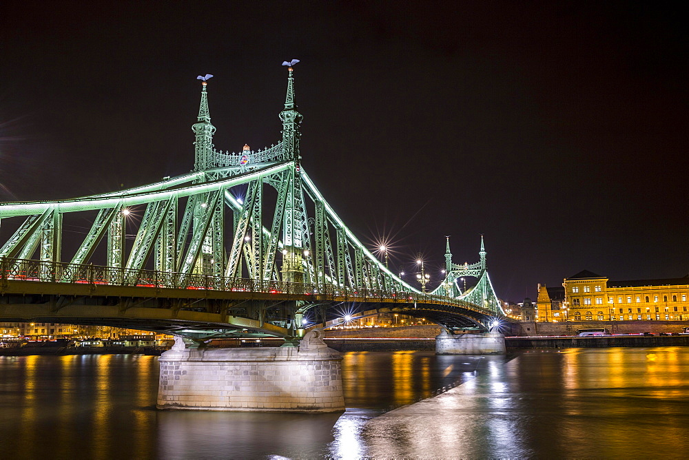 Oldest bridge at night, Chain Bridge connecting Buda and Pest, Budapest, Hungary, Europe