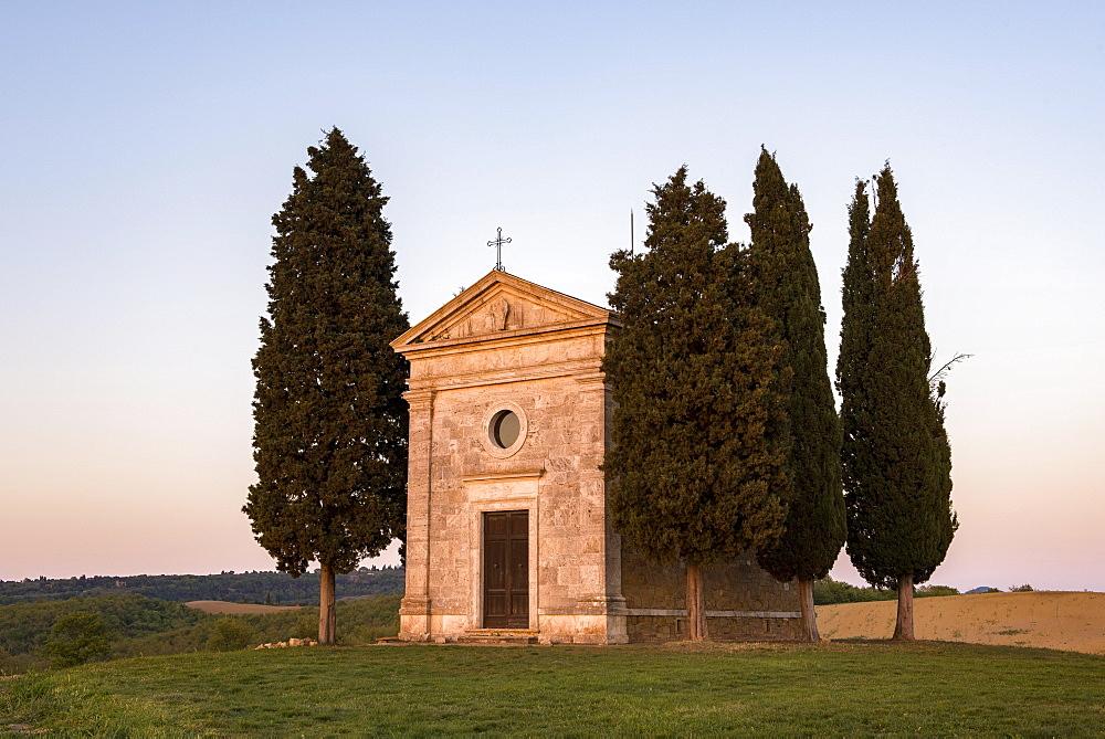 Cappella della Madonna di Vitaleta, chapel in the evening, Val d'Orcia, Tuscany, Italy, Europe