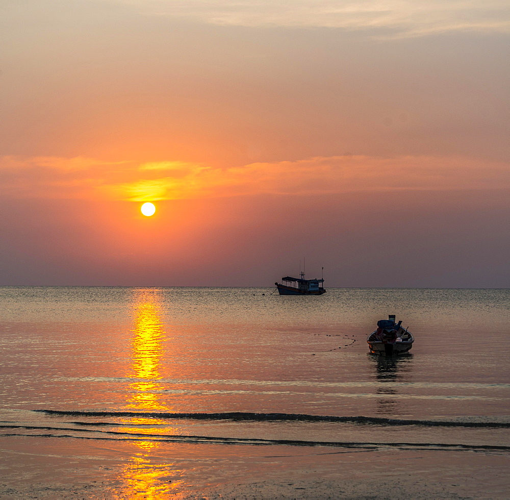 South China Sea at sunset with boats, Gulf of Thailand, Koh Tao island, Thailand, Asia