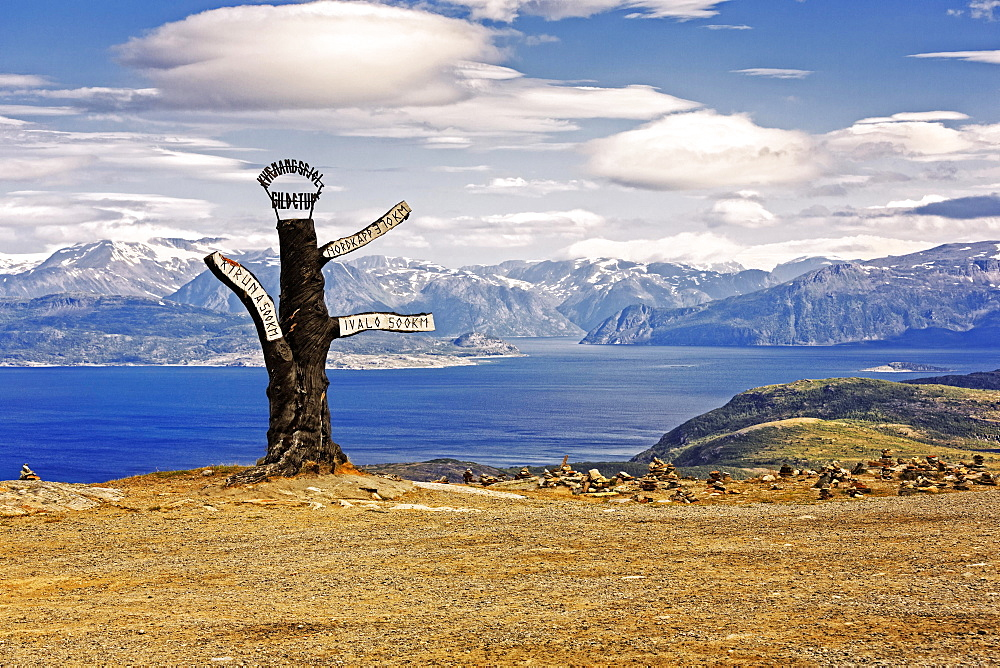 Signpost along the Kvænangsfjell, mountain landscape at Kvænangen Fjord, Sørstraumen, Troms, Norway, Europe