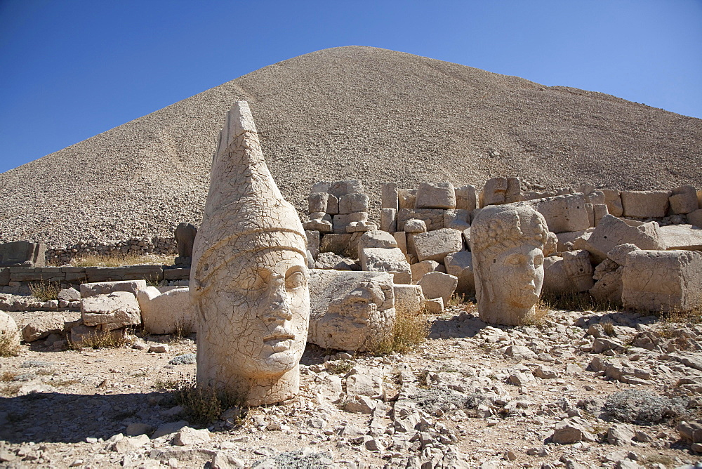 God thrones and gods' heads, Mount Nemrut, sanctuary and tomb, Southeastern Anatolia Region, Turkey, Asia