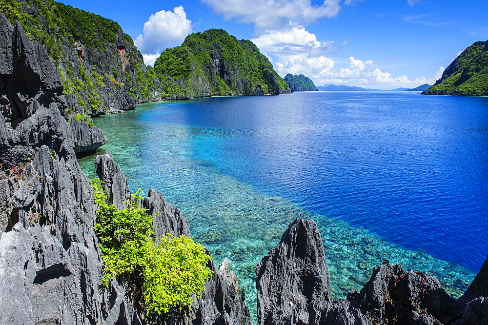 Coast with crystal clear water and limestones, Bacuit archipelago, El Nido, Palawan, Philippines, Asia