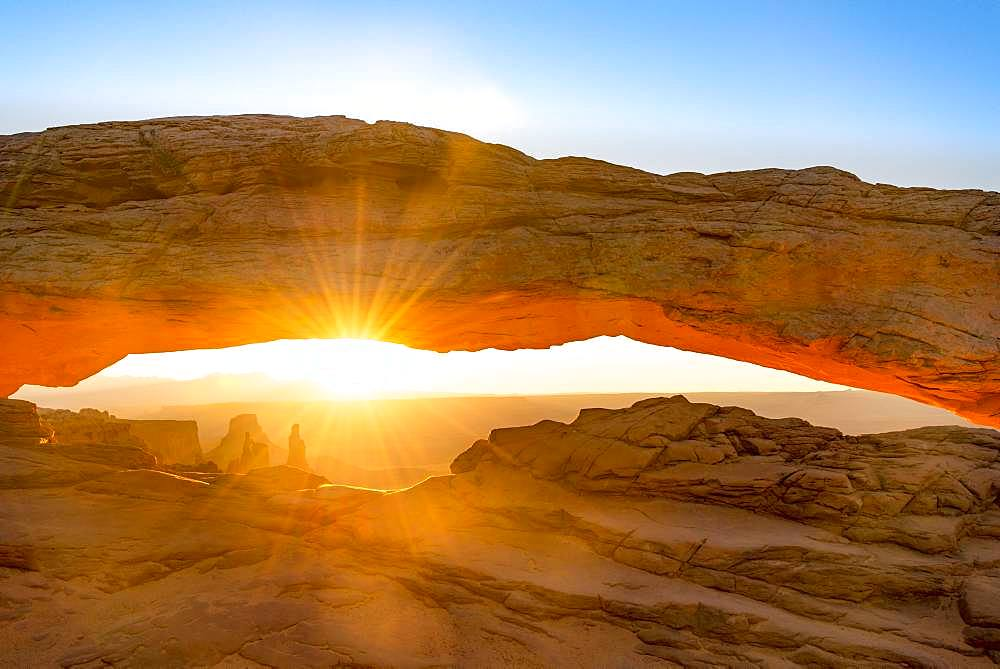 View through rock arch, Mesa Arch, sunbeams, sunrise, Grand View Point Road, Island in the Sky, Canyonlands National Park, Moab, Utah, USA, North America